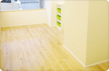 柱に薄い緑の壁紙を使用し安らぐ空間を作っています