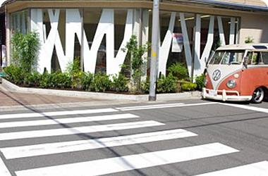 イニシャルをデザインしたオブジェで、子どもたちに興味を持っていただける楽しい雰囲気の園です